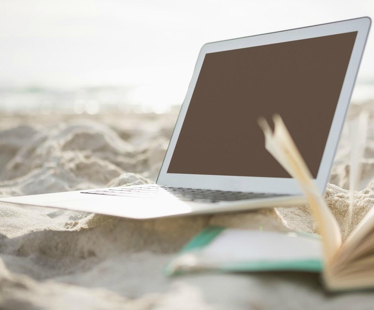 Ноутбук под солнечными лучами
